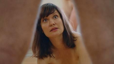 Lotta Kaihuan näyttelemä Karla kokeilee Paras vuosi ikinä -sarjassa elämänmuutosta, johon kuuluu ensimmäisten kokeiltavien asioiden joukossa muun muassa orgiat.
