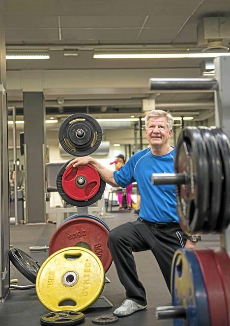 Pentti Mikkosen suorittama pt-tutkinto pitää sisällään sekä teoriaa että käytäntöä personal trainerin työstä. Koulutuksessa käsitellään myös ravintoasioita, anatomiaa, terveystietoa ja psykologiaa.