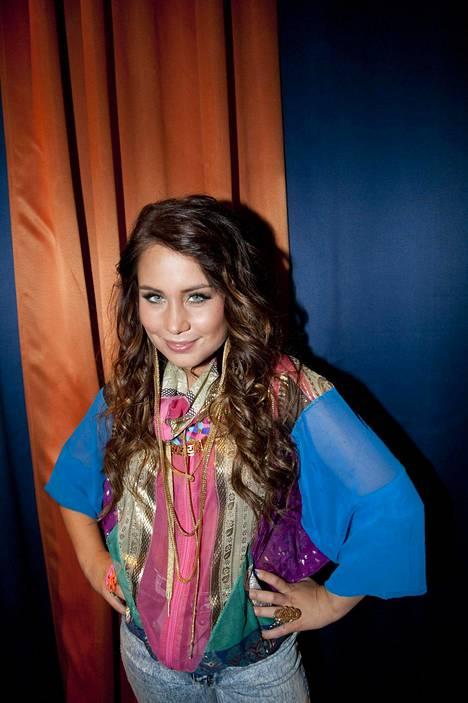 Vuonna 2011 21-vuotias Anna Abreu edusti kirjavassa asukokonaisuudessa hiukst kiharoilla Elämä lapselle -konsertin tiedotustilaisuudessa.