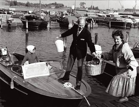 Saaristo. Ove Ingman kuormasi perheensä, kolmen päivän muonat ja muut mökkivarusteet veneeseensä ja suuntasi juhannukseksi 1959 Villingin Viherlahteen.