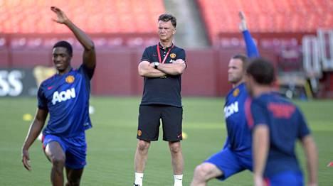 Louis van Gaal (kesk.) valvomassa Manchester Unitedin harjoituksia.