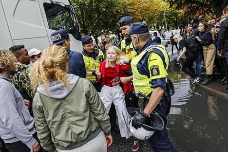 Poliisi otti kiinni ainakin viisi henkilöä vaalitilaisuudessa Göteborgissa tiistaina. Mielenosoituksia SD:n tilaisuuksissa on näissä vaaleissa ollut silti vähemmän kuin 2010 ja 2014.