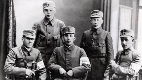 Urho Kekkonen (ylhäällä vasemmalla) määrättiin vastaamaan teloitusryhmästä 17-vuotiaana, kun hän osallistui sisällissotaan valkoisten puolella. Kuva touko-kesäkuulta 1918.
