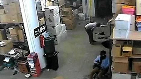 Terroristit piileskelivät ostoskeskusiskun aikana jonkinlaisessa varastossa, jossa yksi miehistä myös rukoili.