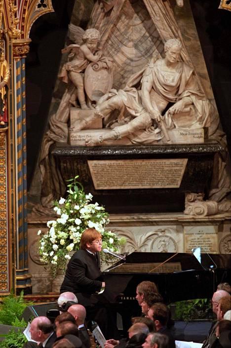 Elton John esiintyi Dianan hautajaisissa.
