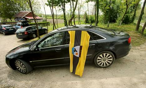 Liberlandin lippu auton ikkunasta roikkumassa kuvattuna vapun päivänä.