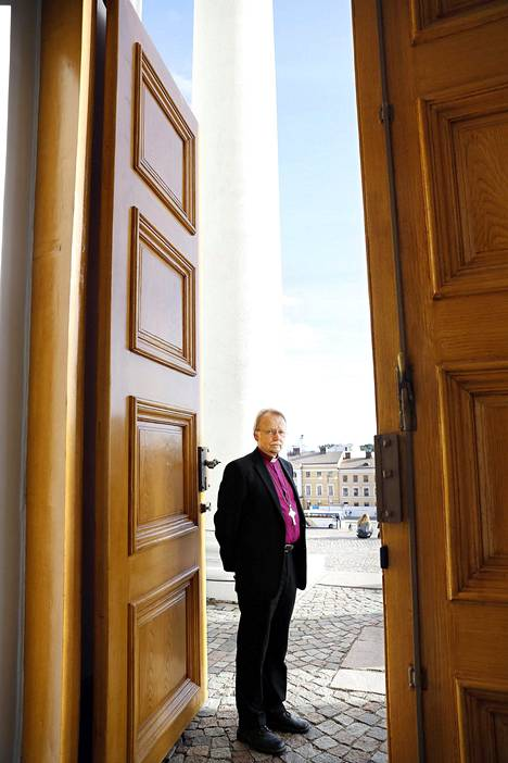 Arkkipiispa Kari Mäkinen lupasi, että kirkon ovet ovat auki apua hakeville. Arkistokuva.