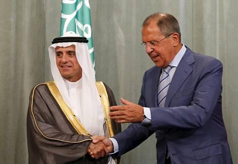 Saudi-Arabian ulkoministeri Adel al-Jubeir ja Venäjän ulkoministeri Sergei Lavrov kättelivät tilaisuudessa.