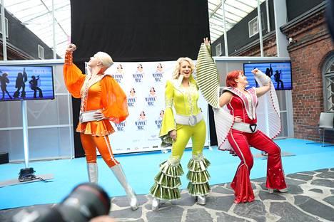 Mamma Mian! räväkät naiset: Laura, Nina Tapio (Roosa) ja Johanna Kokko (Tanja).