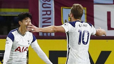 Tottenhamin tehokaksikko Heung-Min Son ja Harry Kane juhlivat voitto-osumaa Burnleyssä.