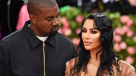 Kim Kardashian ja Kanye West toivottavat perheeseen tervetulleeksi poikavauvan.