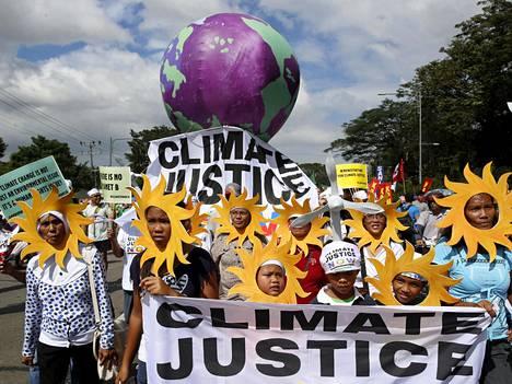 Ympäristöaktivistit osoittivat mieltään Filippiineillä tänään.