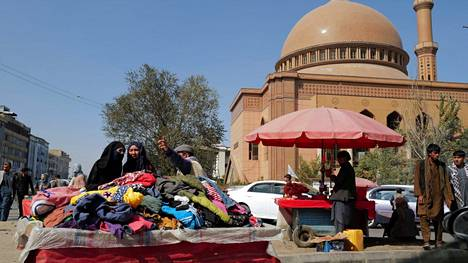 Afganistanissa vallan anastanut Taleban-hallinto on ajautunut vaikeuksiin. Kuvassa vaatteiden myyjä Kabulissa keskiviikkona.