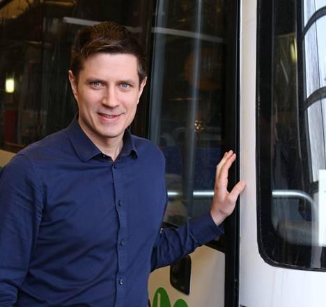 Tutkija Veikko Karvonen esitteli bussimuulia VTT:llä Espoossa.