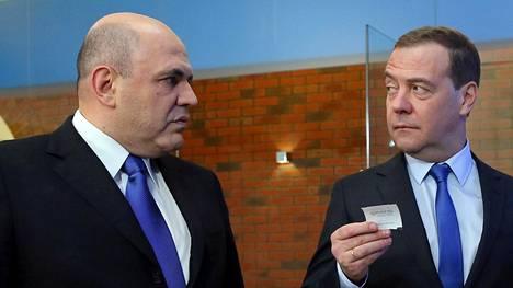 Venäjän tuleva pääministeri Mihail Mishustin ja väistyvä pääministeri Dmitri Medvedev kuvattuna vuosi sitten helmikuussa, kun Medvedev kävi verovirastossa Mishustinin vieraana.
