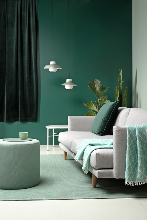 Samettiverhot ovat palanneet! Tumman smaragdinvihreät samettiverhot tuovat ylellisyyden tuntua modernin minimalistiseen sisustukseen. Hakola.