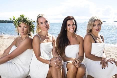 Monika Lindeman, Nora Rinne, Johanna Puhakka ja Irina Vartia sädehtivät espoolaisella rannalla.