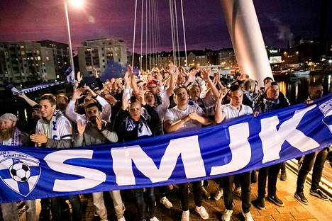 Suomen maajoukkueen kannattajat järjestivät näyttävän marssin Suomi–Italia-otteluun syyskuussa 2019.