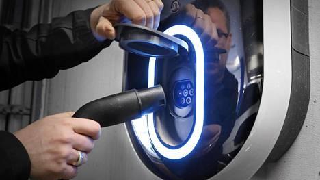 Akkujen kestävyys, hankintahinta, latausverkoston kattavuus, auton toimintasäde ja sopivuus Suomen ilmasto-olosuhteisiin mietityttävät eniten sähköauton hankinnassa. Täyssähköauton toimintasäteeksi yhdellä lataukset suomalaiset odottavat keskimäärin yli 500 kilometriä.
