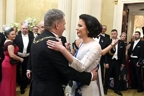Tasavallan presidentti Sauli Niinistö ja rouva Jenni Haukio tanssivat.
