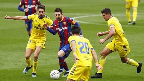 Lionel Messi Cadizin pelaajien ympäröimänä.