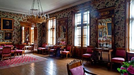 Wiurilan kartanon pääsalongin sisustus on 1830-luvulta, peilit vuodelta 1811. Riitaisassa perinnönjaossa Anna Lisa huusi huutokaupassa osan kartanon irtaimistosta takaisin.