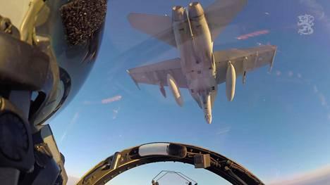Etsi ja lamauta! -videolla kuvataan, kuinka suomalainen Hornet-monitoimihävittäjä pudottaa Jdam-täsmäpommin maaliin Rovajärven ampuma-alueella. Pommi on näkyvissä koneen vasemman siiven ripustimessa.