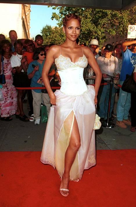 Halle Berry edusti upeana punaisella matolla vuonna 1999.
