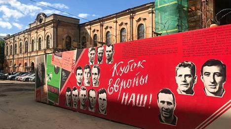 """Pietarin EM-kisojen aattona avattu jalkapallomuseo """"Asunto numero 60"""" toimii aivan lähellä Talliaukion fanialuetta eli jalkapallokylää."""