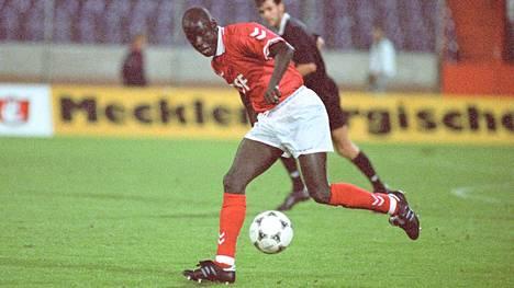 Aly Dia tositoimissa Hannoveria vastaan syksyllä 1995.