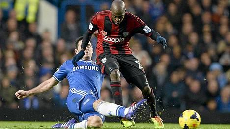 Youssouf Mulumbu kamppailee pallosta Chelsean Frank Lampardin kanssa.
