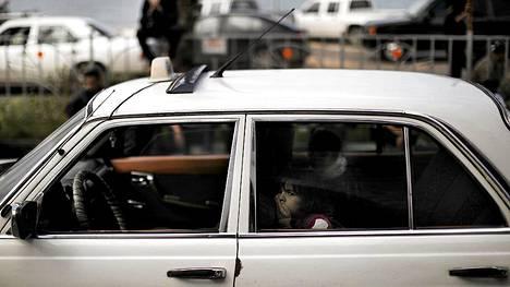 Palestiinalaislapset odottivat autossa, kun Hamas-johtajan hautajaisia vietettiin moskeijassa Gazassa lauantaina.