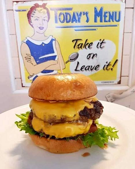 Mikan Cafe & Burgerissa on 50-luvun tunnelmaa ja burgerit saavat kehuvan kommentin.
