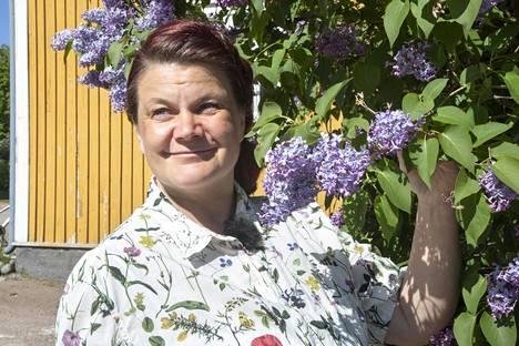 Hyötykasviyhdistyksen toiminnanjohtaja Katja Uski toimi yrttiretken oppaana.