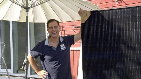Espoolainen André (kuvassa) ja Hanna Chakerin aurinkopaneelit odottavat vielä asennusta.
