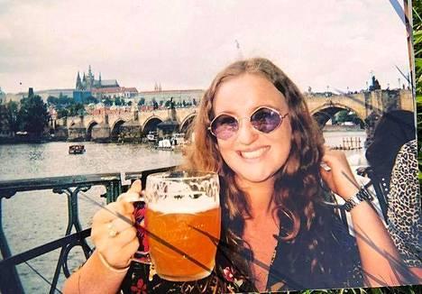 Amelia Bambridge, 21, perheen välittämässä valokuvassa, joka otettiin hänen ollessaan Prahassa viime heinäkuussa.