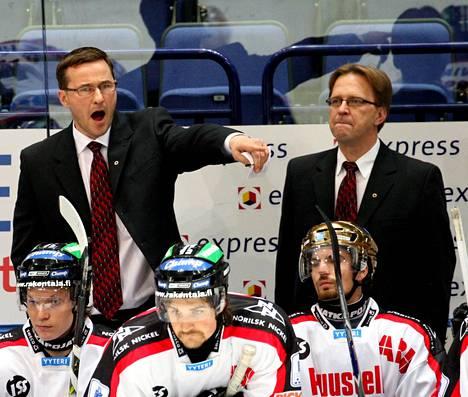 Jari Härkälä (vas.) luotsasi Ässiä kaudella 2007–2008.