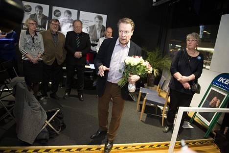 Turku, Ike Cafe, Ilkka Kanerva (kokoomus) viettää vaalivaljojaisia ja jännittää tuleeko hänestä pisimpään toiminut kansanedustaja.