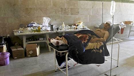 Henkiinjäänyt Mahmoud sai hoitoa kapinallisten kenttäsairaalassa.