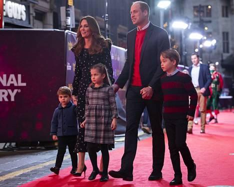 Prinssi George pääsi joulukuussa edustamaan perheensä kanssa myös punaisella matolla.