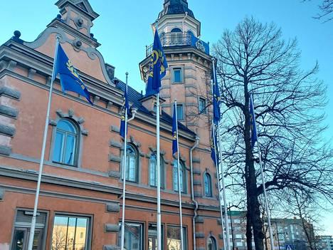 Rauman kaupungintalon edustalla ja tornissa liehuvat Lukko-liput.