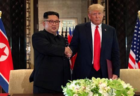 Trump ja Kim Jong-un (vas.) tapasivat kesäkuussa.