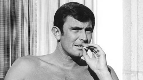 Lazenby teki mallin töitä ennen Bond-roolia.