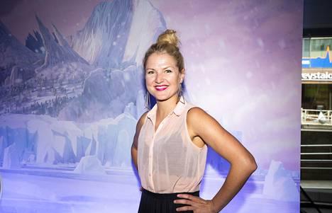 Näyttelijä Helmi-Leena Nummela odottaa tällä hetkellä esikoislastaan.