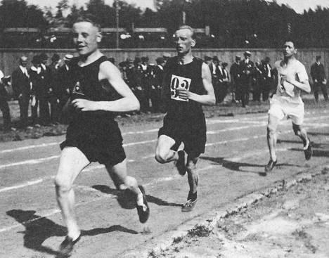 Paavo Nurmi veti 1500 metrin kilpailua kesän 1920 olympiakarsinnoissa perässään Oskari Rissanen ja Elias Katz.