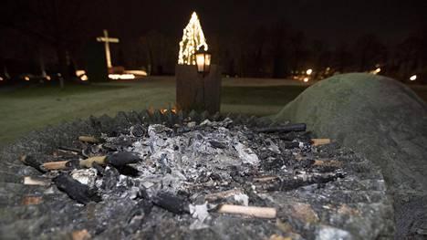 612-kulkue jätti soihtuja palamaan rauhanturvaajien muistomerkkiin kuuluvaan maljaan.