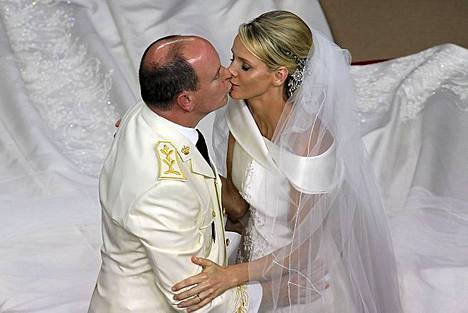 Moncaon ruhtinas Albert ja ruhtinatar Charlene suutelevat vihkiseremoniansa aikana 2. heinäkuuta.