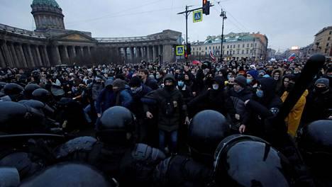 Näkymä Pietarin keskustasta Kazanin katedraalin edustalta lauantain Navalnyi-tukimielenosoituksen aikana.