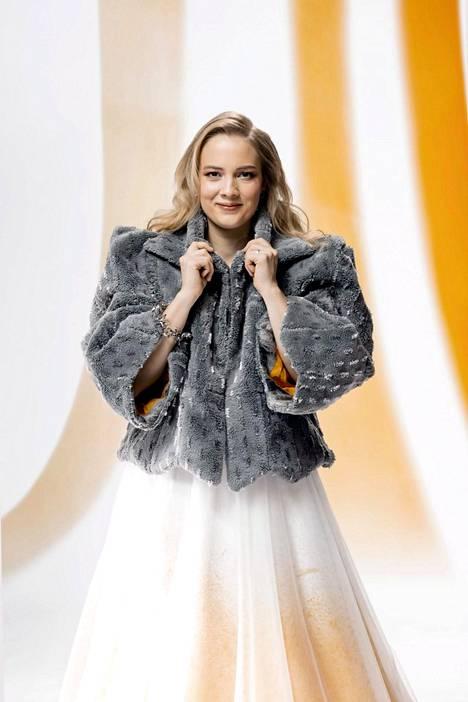 Siivousyrittäjä Saana Tynin takki on valmistettu 21 vanhasta mopista. Takin on suunnitellut ja toteuttanut ompelijamestari ja kiertotalouden edelläkävijä Paula Malleus.