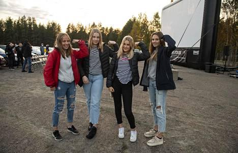 Ritaharjun koululaiset Nelli Taipaleenmäki, Inka Tolonen, Nea Juvani ja Isella Malinen taistelevat yksinäisyyttä vastaan.